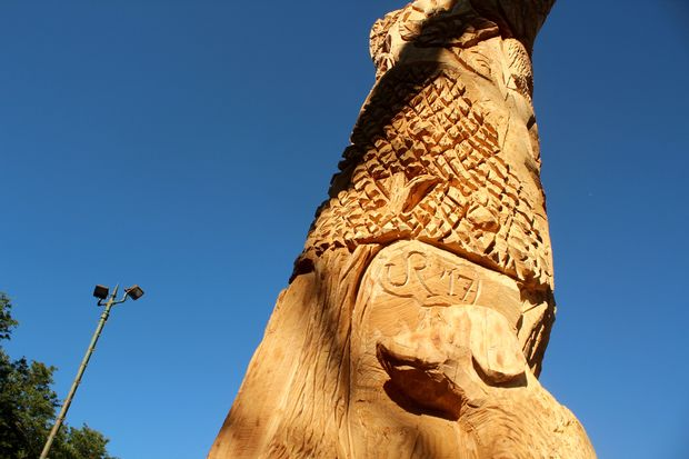 Northwest Side wood carver J.R. Cadawas turned a tree into a 10-foot monument to his own dogs.
