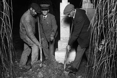 Adam Selzer uses this photo to promote his Grave Robbing 101 tours through Lincoln Park.  It  shows Chicago police exhuming the body of one of serial killer Tillie Klimek's husbands to see if it contained a lethal amount of arsenic.
